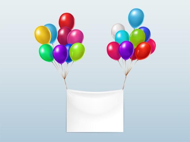 Lege textielbanner, die met kleurrijke glanzende ballons vliegt