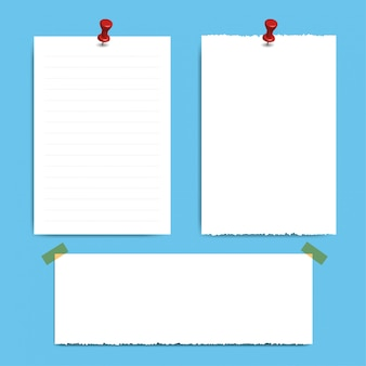 Lege vierkante kladblokpagina's en speld. notitie papier geplakt met rode pin.