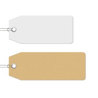 Lege witte en bruine prijskaartjes hangen, realistisch. ambachtelijke papier textuur tag