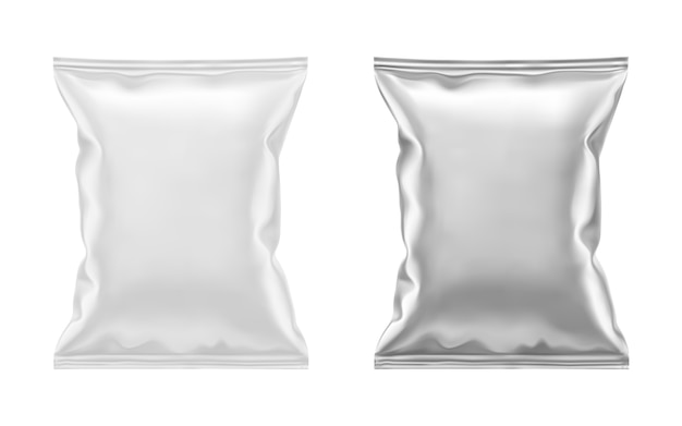 Lege witte plastic en zilver metallic folie zak voor verpakking. sjabloon voor voedselsnack, chips, koekjes, pinda's, snoep. realistische illustratie geïsoleerd op een witte achtergrond