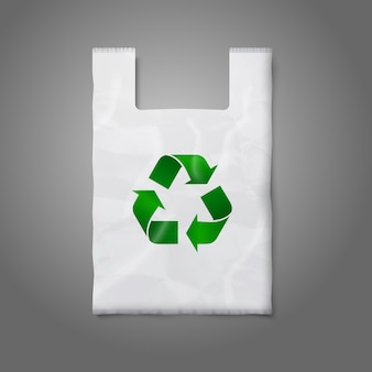Lege witte plastic zak met groen recyclingteken, op grijs voor uw en branding.