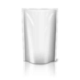 Lege witte realistische plastic zak geïsoleerd.