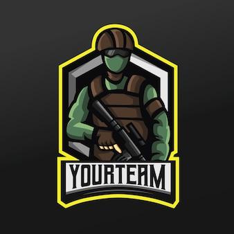 Legergroene soldaat met pistool en masker mascotte sport illustratie voor logo esport gaming team squad