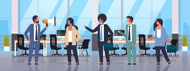 Leider zakenman houdt megafoon teamwerk communicatie zakelijke aankondiging
