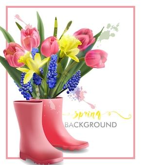 Lente achtergrond met bloeiende lente bloemen tulpen narcissus muscari en roze laarzen