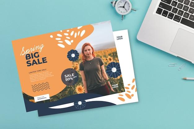Lente verkoop flyer mock-up op blauwe achtergrond
