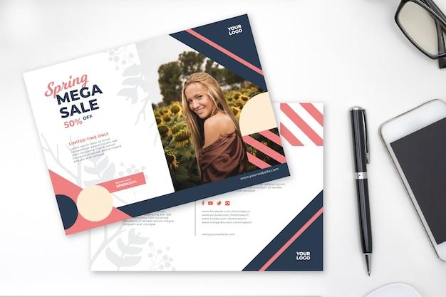 Lente verkoop flyer mock-up op wit bureau