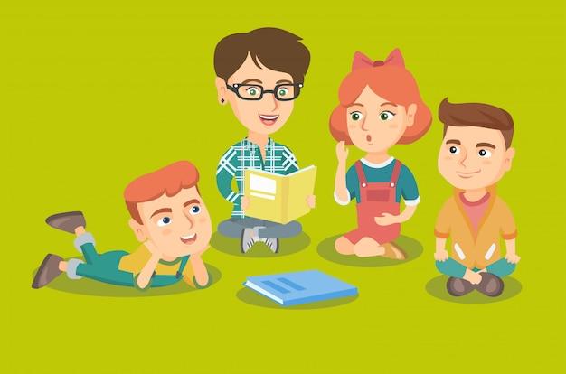 Leraar die een boek voor kinderen in kindertuin leest.