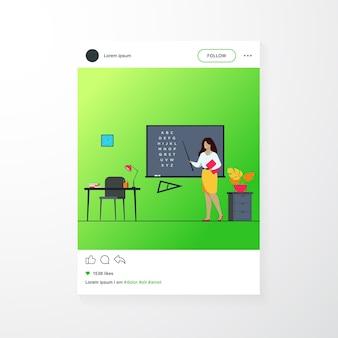 Leraar die zich dichtbij bord bevindt en stok geïsoleerde vlakke vectorillustratie houdt. vrouw stripfiguur in de buurt van schoolbord en wijzen op alfabet