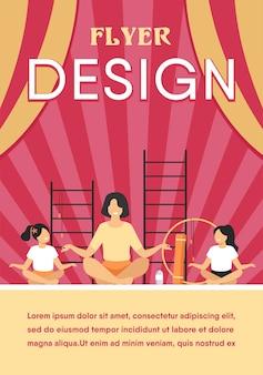 Leraar en kinderen zitten in yoga vormen geïsoleerd plat