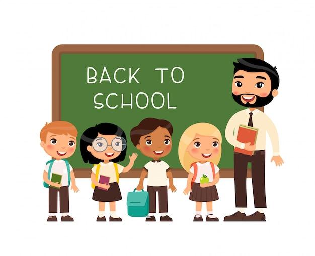 Leraar groet leerlingen in klas platte vectorillustratie. internationale jongens en meisjes gekleed in schooluniform en man in de buurt van stripfiguren op schoolbord.