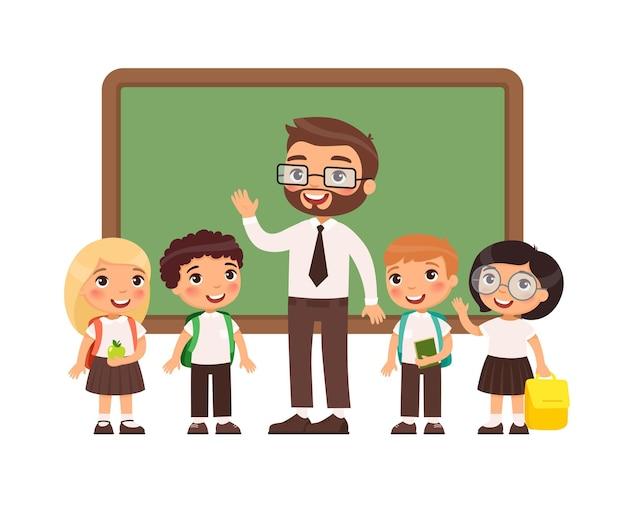 Leraar met leerlingen in de klas gelukkige lagere scholieren en mannelijke leraar in de buurt van blackboard
