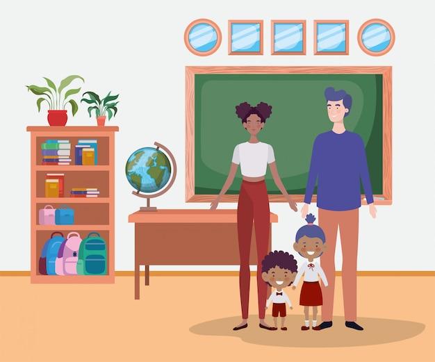 Leraarspaar met kleine studentenjonge geitjes in het klaslokaal