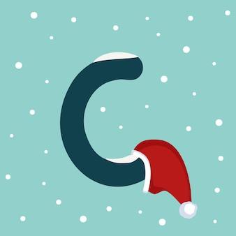 Letter c met sneeuw en rode kerstman hoed. feestelijk lettertype voor kerstmis en nieuwjaar