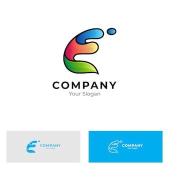 Letter e en water splash logo geïsoleerd op wit