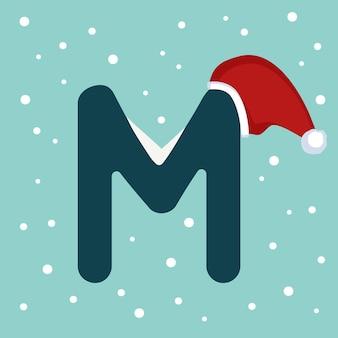 Letter m met sneeuw en rode kerstman hoed. feestelijk lettertype voor kerstmis en nieuwjaar