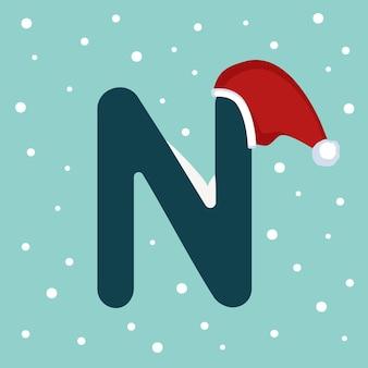 Letter n met sneeuw en rode kerstman hoed. feestelijk lettertype voor kerstmis en nieuwjaar