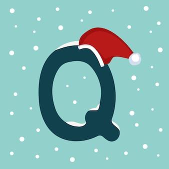 Letter q met sneeuw en rode kerstman hoed. feestelijk lettertype voor kerstmis en nieuwjaar