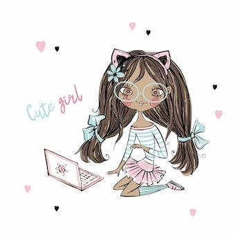 Leuk fashionista donkerhuidig tienermeisje met kattenoren met laptop.