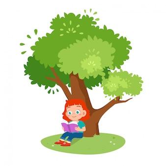 Leuk gelukkig jong geitjemeisje dat onder de boom wordt gelezen
