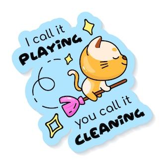 Leuk katje vliegen op magische bezem stripfiguur sticker. ik noem het spelen, noem het schoonmaken. schattige dieren kleur patch met zin. grappige illustratie en belettering