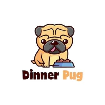 Leuk kleine pug-puppy klaar om zijn hondenvoedsel te eten