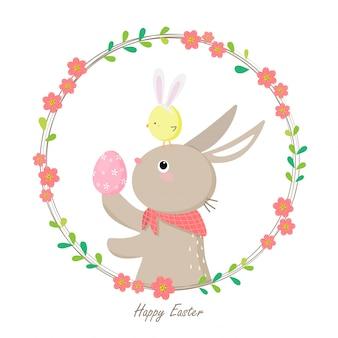 Leuk konijn die kleurrijk paasei met klein kuiken op hoofd houden.