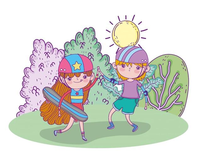 Leuk meisje en jongen spelen skateboards met helm