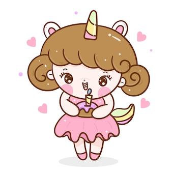 Leuk meisje met cake voor verjaardagsfeestje in eenhoorn jurk