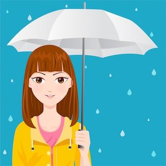 Leuk meisje met een gele regenjas