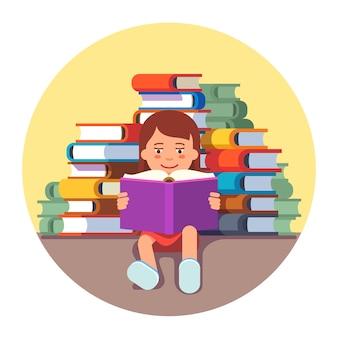 Leuk meisje zit en leest een boek