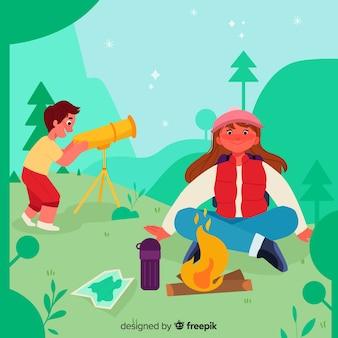 Leuk paar maken van een brand in camping zone