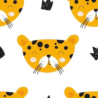 Leuk vectorkinderdagverblijf naadloos patroon met de kat van de safariluipaard en kronen