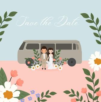 Leuke bruid en bruidegom met de auto voor het ontwerp van de huwelijksuitnodiging