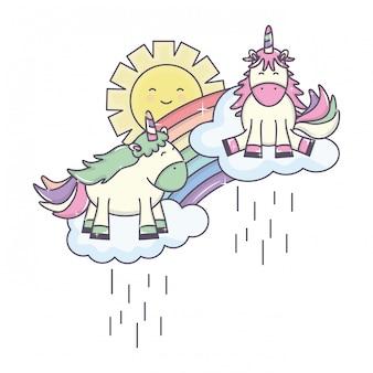 Leuke eenhoorn in regenboog met regenachtige wolken en zon kawaii