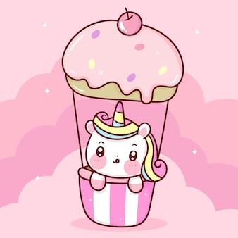 Leuke eenhoornbeeldverhaal op de zoete dieren van de de pastelkleurhemel van de cupcakeballon