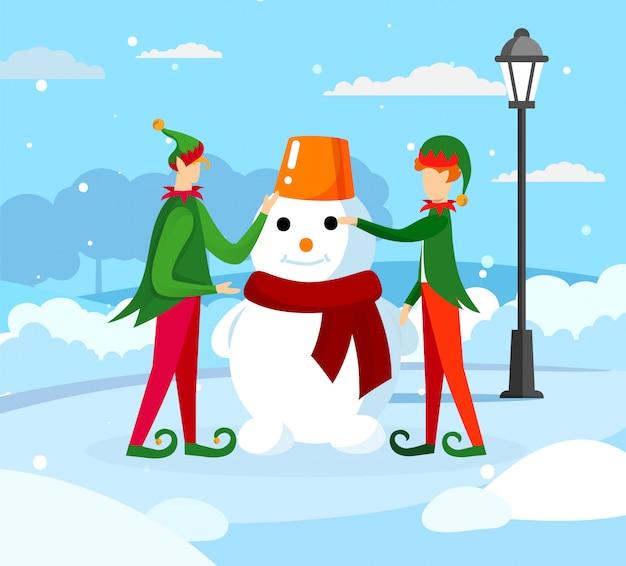 Leuke elfen santa claus helper making funny snowman
