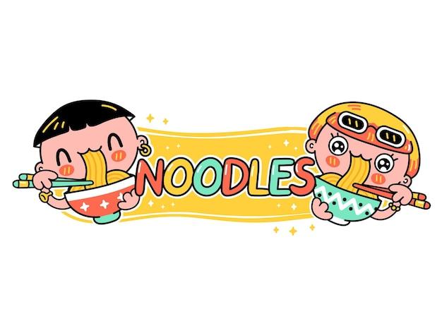 Leuke grappige jonge man en vrouw eten noedels uit kom