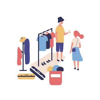 Leuke grappige mensen die stijlvolle kleding verkopen en kopen op de openluchtvlooienmarkt, zomergarageverkoop. koper, verkoper en kleding hangend aan het rek op de straatvoddenbeurs. platte cartoon vectorillustratie.