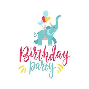 Leuke hand getrokken olifant vliegen op ballonnen geïsoleerd op een witte achtergrond. belettering tekst verjaardag partij ontwerpelement