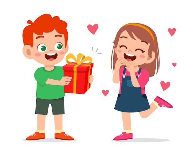 Leuke jongen cadeau geven aan klein meisje om verjaardag te vieren
