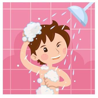 Leuke jongen die douche in badkamers in de ochtend neemt