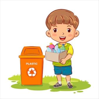 Leuke jongen die een container met plastic flessen naar de prullenbak houdt.