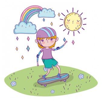 Leuke jongen die helm draagt en skateboards berijdt