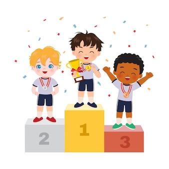 Leuke jongen die zich op podium als winnaar van de sportcompetitie bevindt. kampioenschapsviering. platte cartoon ontwerp