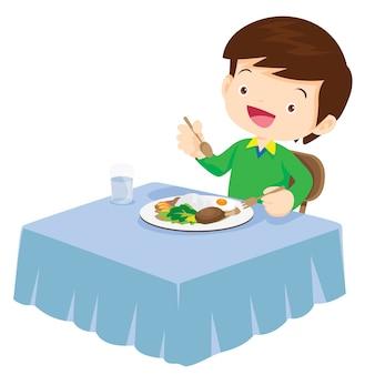 Leuke jongen die zo gelukkig en heerlijk eet