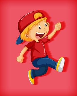 Leuke jongen draagt ?? rode pet met wurggreep in wandelpositie stripfiguur geïsoleerd op rode achtergrond