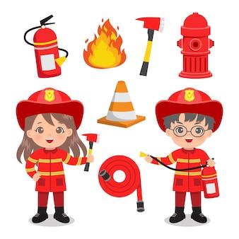 Leuke jongen en meisje in brandweerman uniform met clip art set voor noodgevallen.