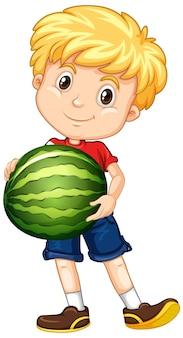 Leuke jongen met blond haar die een watermeloen in staande positie houdt