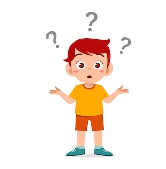 Leuke jongen toont verwarde uitdrukking met vraagteken